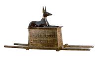 Coffre de transport surmonte de la figure d'Anubis