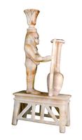 Vase sur son support orne du dieu du Nil