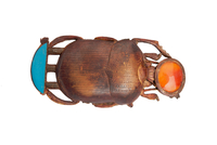 Pendentif en forme de scarabee surmonte du disque solaire