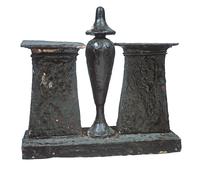 Modele : vase a libation-hes sur un socle encadre de deux py