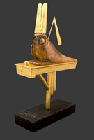Statuette du dieu-faucon Sopidou sur son pavois 26004020608| 写真素材・ストックフォト・画像・イラスト素材|アマナイメージズ