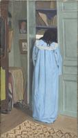 Interieur, femme en bleu fouillant dans une armoire