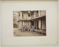 �hViews and costumes of Japan�h, Groupe de sept femmes devant une maison