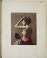 """Views and costumes of Japan"", Jeune femme au miroir, de profil, poitrine nue"