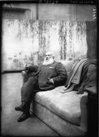 Claude Monet, peintre, dans son atelier