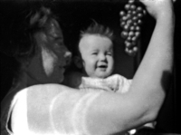 Marthe presentant une grappe de raisins a Bernadette, Le Pouldu