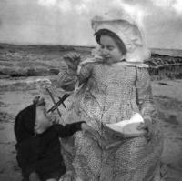 Marthe Denis au pliant et Bernadette a Loctudy