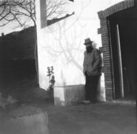 Aristide Maillol devant La Metairie, sa maison de Banyuls