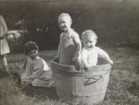 Marcel et Robert dans un baquet, Renee assise a leurs cotes