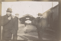 Vuillard, Bonnard, et une autre personne a la gare de Tours