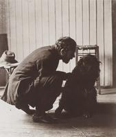 Bonnard avec son chien Black dans son atelier rue de Douai