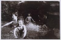 La baignade : Vivette au premier plan, Robert a l'arriere-plan et deux autres enfants