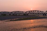 大井川と鉄橋の夕景 26012004735| 写真素材・ストックフォト・画像・イラスト素材|アマナイメージズ