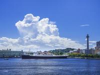 夏雲と氷川丸 26033005379| 写真素材・ストックフォト・画像・イラスト素材|アマナイメージズ