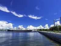 夏雲と氷川丸 26033005380| 写真素材・ストックフォト・画像・イラスト素材|アマナイメージズ