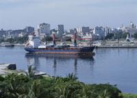 運河を出て行く貨物船