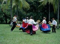 民族衣装を着て踊る 26034001188| 写真素材・ストックフォト・画像・イラスト素材|アマナイメージズ
