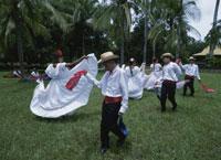 民族衣装を着て踊る男女 26034001190| 写真素材・ストックフォト・画像・イラスト素材|アマナイメージズ