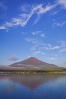 赤富士映す山中湖