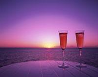2つのグラスと夕日