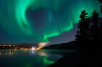 水に映るオーロラ 26082000293  写真素材・ストックフォト・画像・イラスト素材 アマナイメージズ