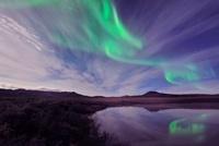 水に映るオーロラ 26082000319  写真素材・ストックフォト・画像・イラスト素材 アマナイメージズ