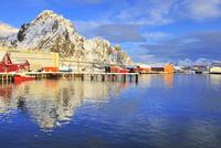 水に映るロフォーテン諸島 26082000423| 写真素材・ストックフォト・画像・イラスト素材|アマナイメージズ