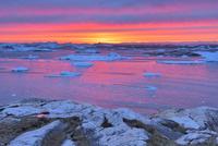氷山と夕陽 26082000454| 写真素材・ストックフォト・画像・イラスト素材|アマナイメージズ