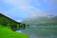 フィヨルドにかかる虹 26082000460| 写真素材・ストックフォト・画像・イラスト素材|アマナイメージズ