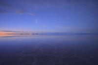 湖に反射する星