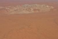 砂漠の中にある山脈 26082000541| 写真素材・ストックフォト・画像・イラスト素材|アマナイメージズ