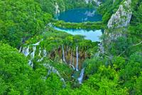 無数に流れる滝