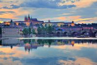 水に映るプラハ城のライトアップ