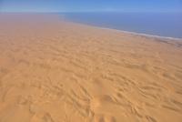 海へ流れ込む砂漠 砂海 26082000574| 写真素材・ストックフォト・画像・イラスト素材|アマナイメージズ