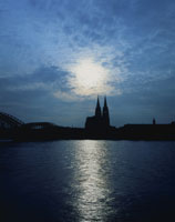 夕景のケルン大聖堂とライン河 26089001248  写真素材・ストックフォト・画像・イラスト素材 アマナイメージズ