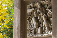 龍口寺山門の彫刻とイチョウ黄葉