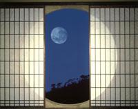 丸窓と月 26092000056| 写真素材・ストックフォト・画像・イラスト素材|アマナイメージズ