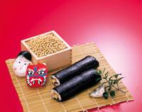節分の豆と鬼と福の面と巻き寿司 26092000934| 写真素材・ストックフォト・画像・イラスト素材|アマナイメージズ