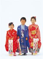 七五三の子供達 26092001181| 写真素材・ストックフォト・画像・イラスト素材|アマナイメージズ