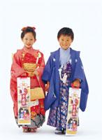 七五三の五歳と七歳の子供 26092001183| 写真素材・ストックフォト・画像・イラスト素材|アマナイメージズ