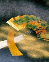 扇子と金の雲模様 26092001377| 写真素材・ストックフォト・画像・イラスト素材|アマナイメージズ