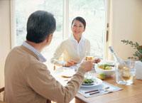 食事中の熟年夫婦 26092010757| 写真素材・ストックフォト・画像・イラスト素材|アマナイメージズ