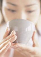 日本茶を飲む女性