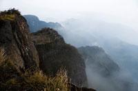 霧に包まれる峨眉山