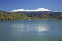 忠別ダムと大雪山 26105002579| 写真素材・ストックフォト・画像・イラスト素材|アマナイメージズ
