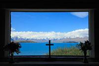 テカポ湖の善き羊飼いの教会とサザンアルプス