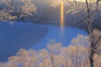 凍る摩周湖の霧氷とサンピラーとダイヤモンドダストの朝