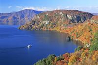 旧瞰湖台から紅葉の十和田湖と観光船 26105012037  写真素材・ストックフォト・画像・イラスト素材 アマナイメージズ