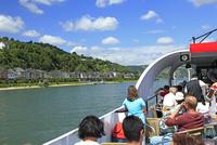 ライン川河畔の街並みとクルーズ船