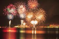 洞爺湖ロングラン花火大会 26105013601| 写真素材・ストックフォト・画像・イラスト素材|アマナイメージズ